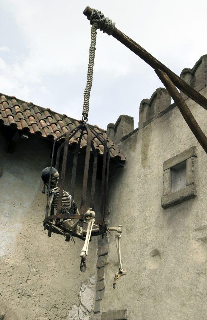 Pirate dead 665x1024 - Karayip Korsanlarının Gerçek Mezarlığı