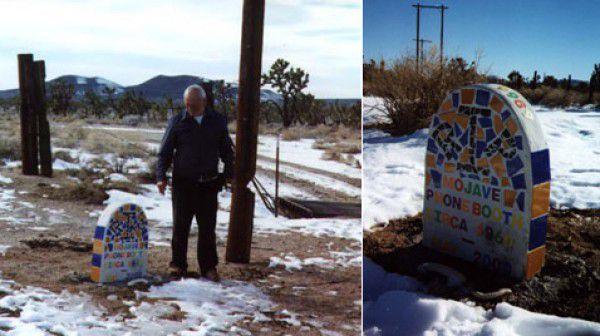 111120 7466 big - Kendi Mezar Taşı Olan Yalnız Telefon Kulübesi Mojave