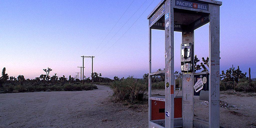 31b8af9e0170282fc0a45350a9d6edf5 1024x512 - Kendi Mezar Taşı Olan Yalnız Telefon Kulübesi Mojave