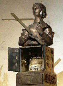 ALMANYADA TRİER KATEDRALİ SAİNT HELENA KAFATASI İÇEREN NADİREN AÇILAN CRYPT 221x300 - Katoliklerinin Garip Kutsal Kalıntıları