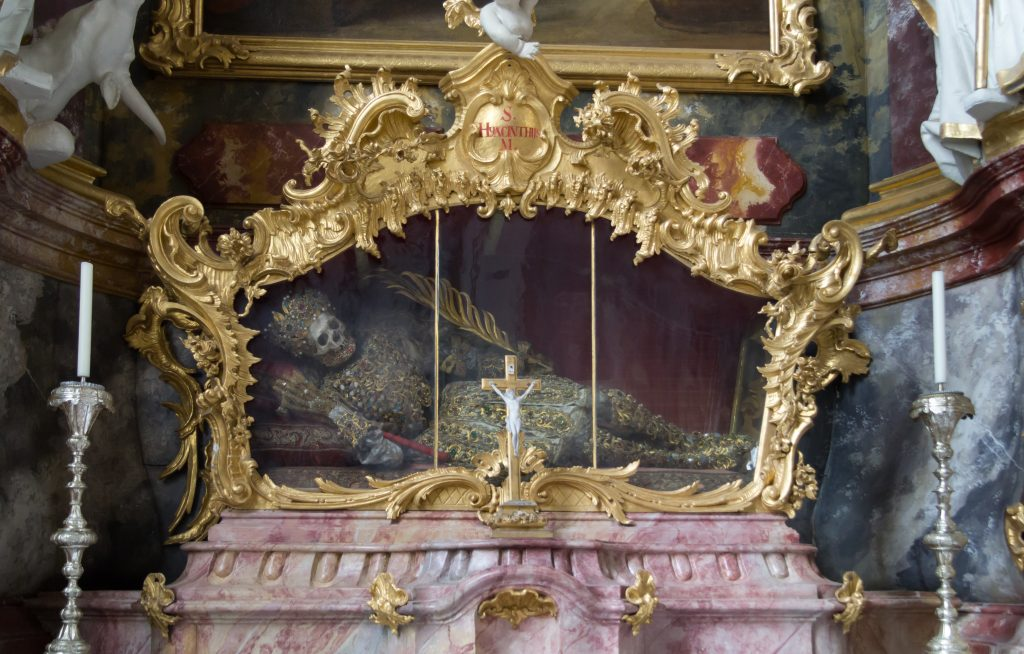SAİNT HYACİNTH KALINTILARI VARSAYIM KİLİSE BAVYERA ALMANYA SERGİLENİYOR 1024x654 - Katoliklerinin Garip Kutsal Kalıntıları