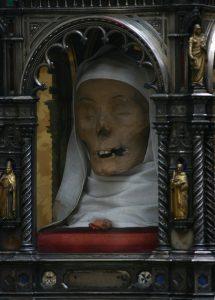 SAN DOMENİCO SİENA BASİLİCA DE SAİNT CATHERİNE MUMYALANMIŞ BAŞI 215x300 - Katoliklerinin Garip Kutsal Kalıntıları