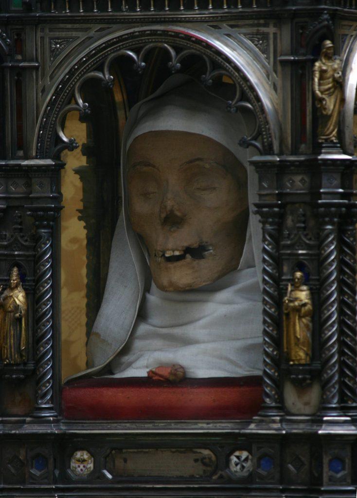 SAN DOMENİCO SİENA BASİLİCA DE SAİNT CATHERİNE MUMYALANMIŞ BAŞI 734x1024 - Katoliklerinin Garip Kutsal Kalıntıları