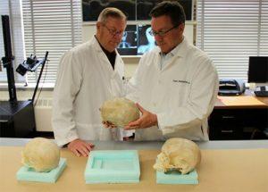 forensic scientists 300x215 - Napolyon'un Kafatası'nda Bulunan Uzaylı İmplantı