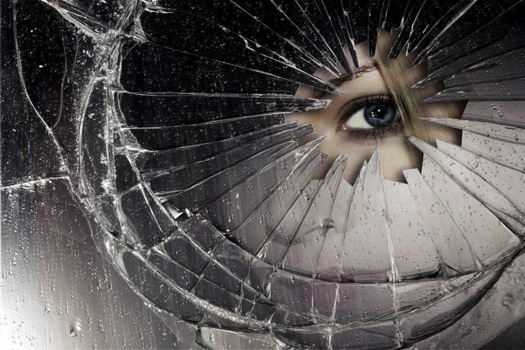 mirror of the crack sharp edge drops eye 1024x684 - Aynalar Cinler ve Ruhlar İçin Geçit Kapısı mı?