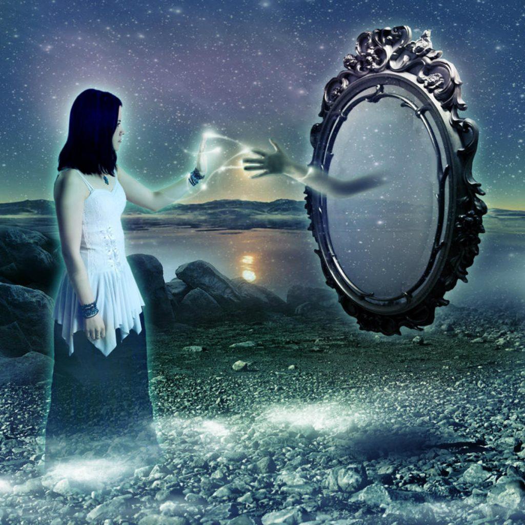 shadow in the mirror 1024x1024 - Aynalar Cinler ve Ruhlar İçin Geçit Kapısı mı?