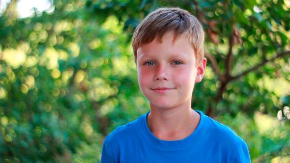Portrait Of Happy Kid Looking At Camera - Diğer Boyutlara Geçen İnsanlar