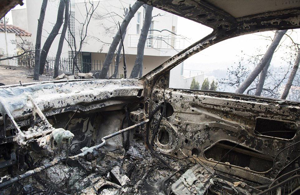 4E877EDA00000578 5984481 Dozens of cars and houses have been destroyed by the wildfire at a 34 1532453732252 2 - Yunanistan'daki Yangın Lazer Silahı İle Mi Çıkartıldı?